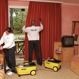 Perfect Cleaning personas aspirando cortinas